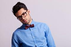 Arbeiten Sie tragende Gläser des jungen Mannes und Querbinder um Lizenzfreie Stockfotos