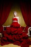 Arbeiten Sie Trieb der langen Krone des blonden Haares der jungen Königin der Schönheit auf ihrem Kopf um Stockfotos