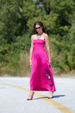 Arbeiten Sie Trieb des jungen roten Kleides der Frauenabnutzung lang um Lizenzfreie Stockfotos