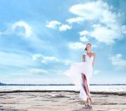 Arbeiten Sie Trieb einer jungen Frau auf einem Seehintergrund um Stockfotos