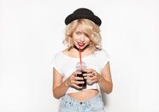 Arbeiten Sie trinkendes Soda der Hippie-Frau auf weißem Hintergrund um Stockfotografie