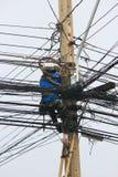 Arbeiten an Stromleitungen Lizenzfreies Stockbild