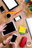 Arbeiten an Tabelle mit Geräten Lizenzfreie Stockbilder