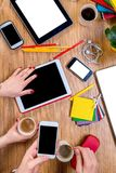 Arbeiten an Tabelle mit Geräten Stockbild