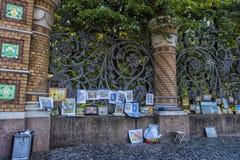 Arbeiten von Künstlern im Verkauf in der Straße auf dem Zaun des Mikhailovsky-Gartens Lizenzfreie Stockfotos