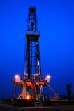 Arbeitende Ölplattform in der Nacht Stockfotos