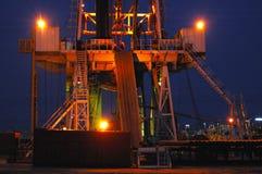 Arbeitende Ölplattform in der Nacht lizenzfreies stockbild