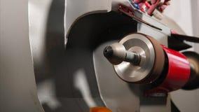Arbeitende Poliermaschine auf einer Herstellung von Lederwaren stock video footage