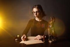 Arbeitende RechtsanwaltGeschäftsfrauen und Notarzeichen die Dokumente im Büro Beraterrechtsanwalt, Gerechtigkeit und Gesetz, Rech lizenzfreie stockfotografie