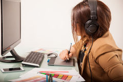 Arbeitende und tragende Kopfhörer Lizenzfreie Stockfotografie