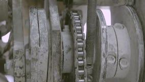 Arbeitender drehender Mechanismus mit Kettengetriebe stock video footage