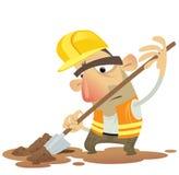 Arbeitendes Graben des im Bau Mannes mit einem tragenden Helm des Spatens Lizenzfreie Stockbilder