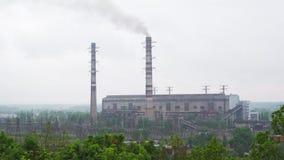 Arbeitendes kohlebeheiztes Kraftwerk mit hohen Rohren und Rauche stock video