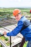 Arbeiter Anlage zurück betrachten Lizenzfreie Stockfotos