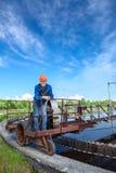 Arbeiter, der auf Einheit der Abwasserbehandlung steht Lizenzfreie Stockfotos