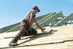 Arbeiter, der an Dach arbeitet Lizenzfreies Stockbild