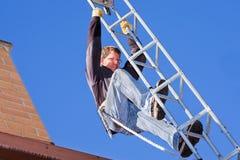 Arbeiter, der HDTV-digitale Antenne installiert Stockbild