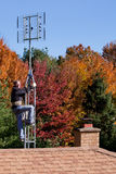 Arbeiter, der HDTV-digitale Antenne installiert Lizenzfreie Stockfotografie