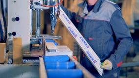 Arbeiter an der industriellen Werkstatt, die Plastikdetail verarbeitet stock video footage