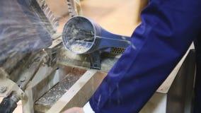 Arbeiter in der Planke, die an der Werkstatt verarbeitet stock video