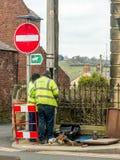 Arbeiter, die Telefonleitung auf einer Waliser-Straße reparieren Stockfotos
