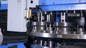 Arbeiter gründete Metallverschleißteil in lochenden cnc, Fräsmaschine stock video