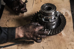 Arbeiter mit den schmutzigen Händen Stockfotos