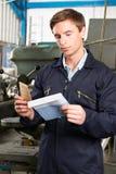Arbeiter Opening Wage Packet Lizenzfreie Stockfotos