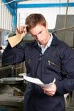 Arbeiter Reading Redundancy Letter Lizenzfreies Stockfoto