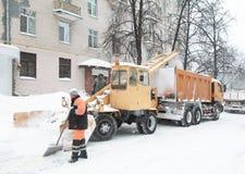 Arbeiter säubert den Schnee auf Straße Lizenzfreie Stockfotos