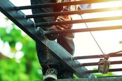 Arbeiter stellen Stahldächer malten schwarz her lizenzfreie stockfotos