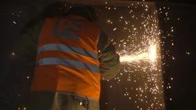 Arbeiter und Funken stock video
