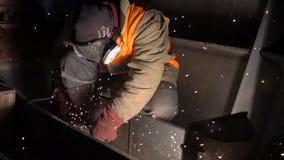 Arbeiter und Funken stock video footage