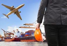 Arbeiter und Handelsschiff auf Hafen- und Lufttransportflugzeug flyi Stockfotos