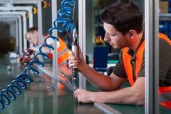 Arbeiter und Produktionsverfahren Stockfoto
