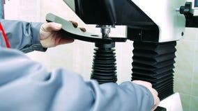Arbeiterbefestigungsteil in der Bohrung und in Fräsmaschine F?hren Sie das Arbeiten aus stock video