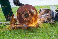 Arbeitersausschnitt-Stahlmaschine schneidet Stahlrohr Lizenzfreie Stockfotografie