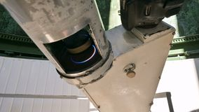 Arbeitet Berufsingenieurbeobachter der Nahaufnahme A eines Solarkoronographen an einem Solarobservatorium mit einem Teleskop stock video footage