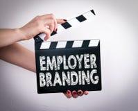 Arbeitgeberbranding Weibliche Hände, die Filmscharnierventil halten Stockbild