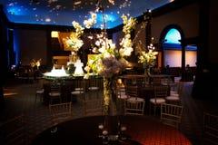 Arbeitn Tabelleneinstellung an einem Hochzeitsempfang aus Stockfoto
