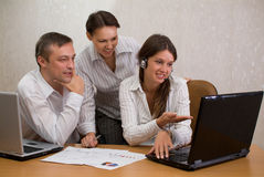 Arbeitnehmergruppe im Büro mit Laptopen stockfotografie