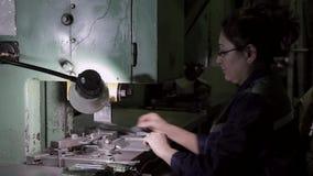 Arbeitnehmerin auf harter Arbeit in der Schwerindustrie stock footage
