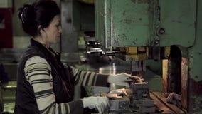 Arbeitnehmerin der harten Arbeit in einer Fabrik stock video footage