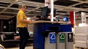 Arbeitnehmerin an der Informationsstation etwas Daten überprüfend stock footage