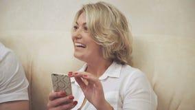 Arbeitnehmerin des Badekurortsalons unter Verwendung des Telefons auf Rest stock video footage