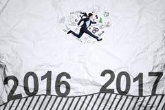 Arbeitnehmerin, die auf zerknittertem Papier läuft Stockbilder