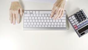 Arbeitnehmerin, die an Computer und drahtloser Maus im Büro arbeitet stock video