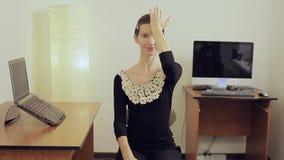 Arbeitnehmerin, die ihren Hals mit den Händen sich entspannt Kurze Pause für Übung stock video