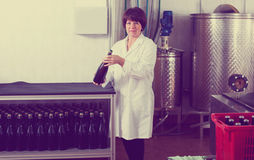 Arbeitnehmerin, die Weinflaschen sortiert Stockfotografie