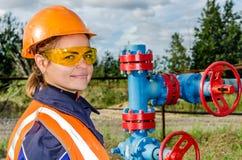 Arbeitnehmerin im Ölfeld Stockbilder